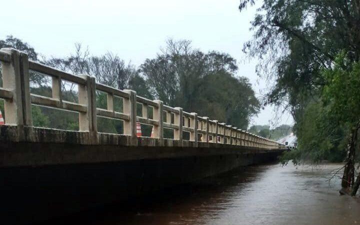 Ponte sobre o Arroio Bossoroca na BR-290 tem pista bloqueada em São Sepé